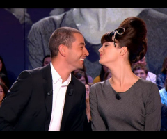 photo Charlotte Lebon embrasse Ali Baddou en direct  au Grand Journal de Canal+