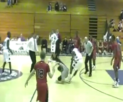 photo Joueur de basket de Desoto High School attaque l'arbitre