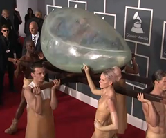 photo Lady GaGa arrive en Oeuf aux Grammy Awards 2011