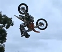 photo Mark Monea réussit un 360 front flip en motocross