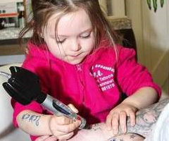 photo Ruby Dickinson fillette de 3 ans tatoueuse